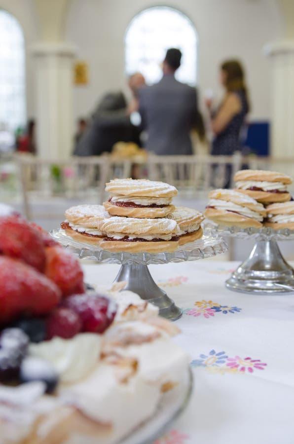Gâteaux installés au lieu de rendez-vous images libres de droits