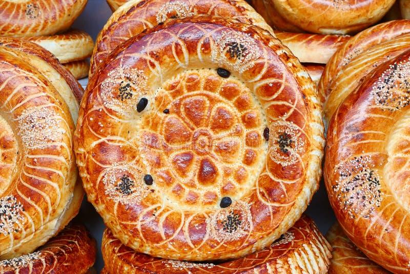 Gâteaux plats de tandoor sur le compteur du marché photo stock