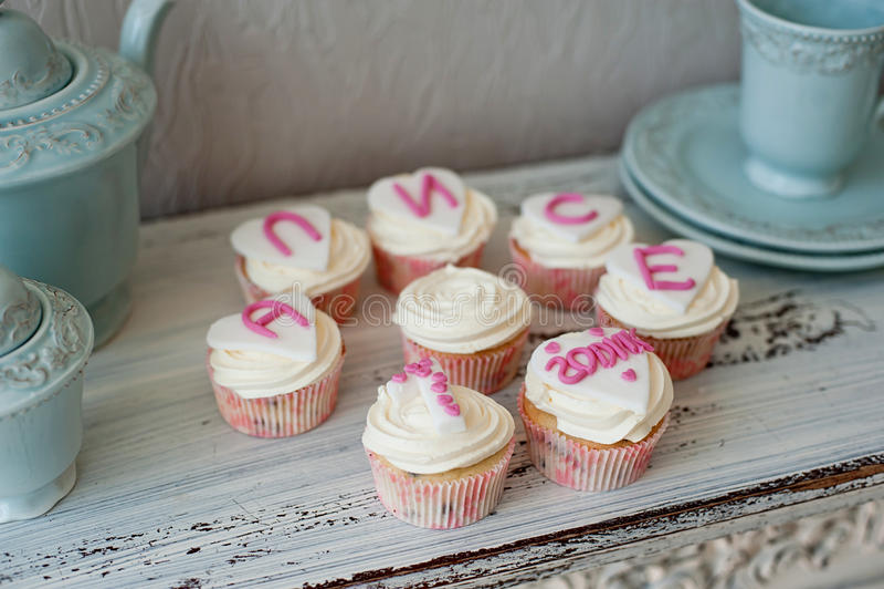 Gâteaux pour la fête d'anniversaire image libre de droits