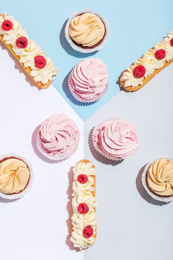 Gâteaux savoureux dans une composition étendue plate en pastel photographie stock libre de droits