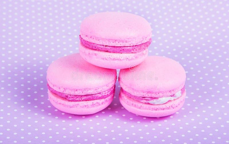 Gâteaux sensibles d'amande Macarons roses Gâteau fait maison d'air photos stock