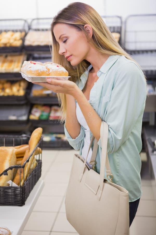 Download Gâteaux Sentants D'une Femme Photo stock - Image du week, pâtisserie: 56489406