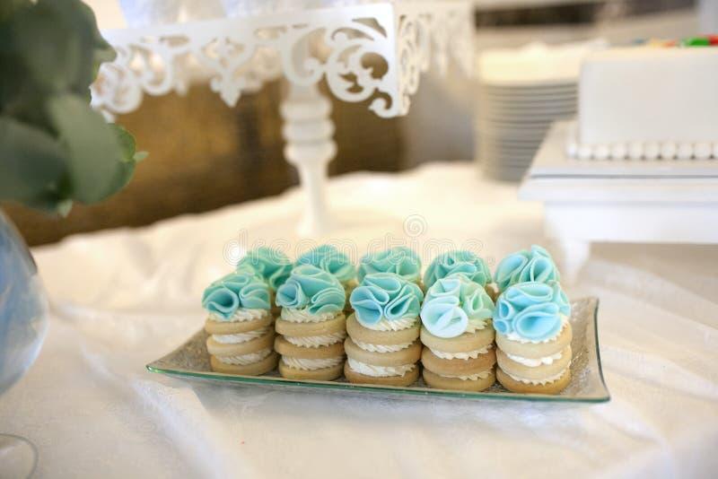 Gâteaux sur une belle table photos libres de droits