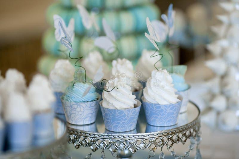 Gâteaux sur une belle table en couleurs les couleurs claires photos stock
