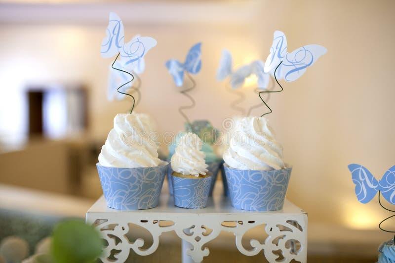 Gâteaux sur une belle table en couleurs les couleurs claires Sur une nappe blanche photographie stock