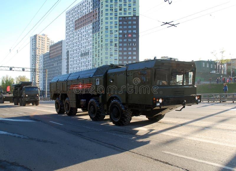 Går systemet för den framåt fungerande och taktiska missilen av OTRK 'Iskander M ', och bak den går Armouren-C1 arkivfoton