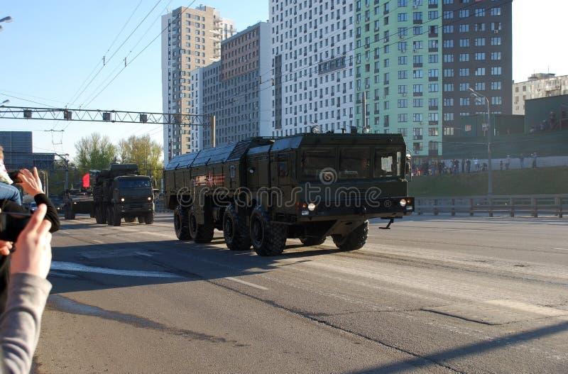 Går systemet för den framåt fungerande och taktiska missilen av OTRK 'Iskander M ', och bak den går Armouren-C1 royaltyfri fotografi