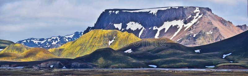 Góra krajobraz Fridland reklamy Fjallabaki Naturalny park widzieć od Landmannalaugar doliny w średniogórzach Iceland fotografia royalty free