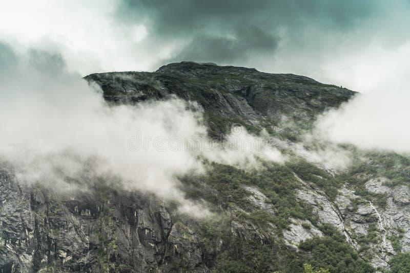 Góra zakrywająca chmurami fotografia royalty free