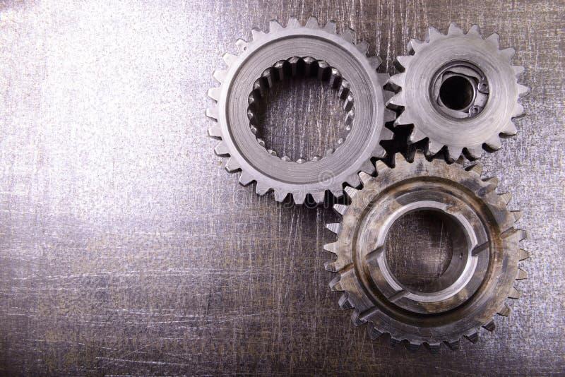 Gänge auf Metallhintergrund lizenzfreies stockfoto