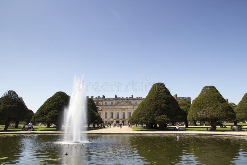 Gärten bei Hampton Court Palace, der ursprünglich für hauptsächlichen Thomas Wolsey 1515 errichtet wurde, später stockbilder