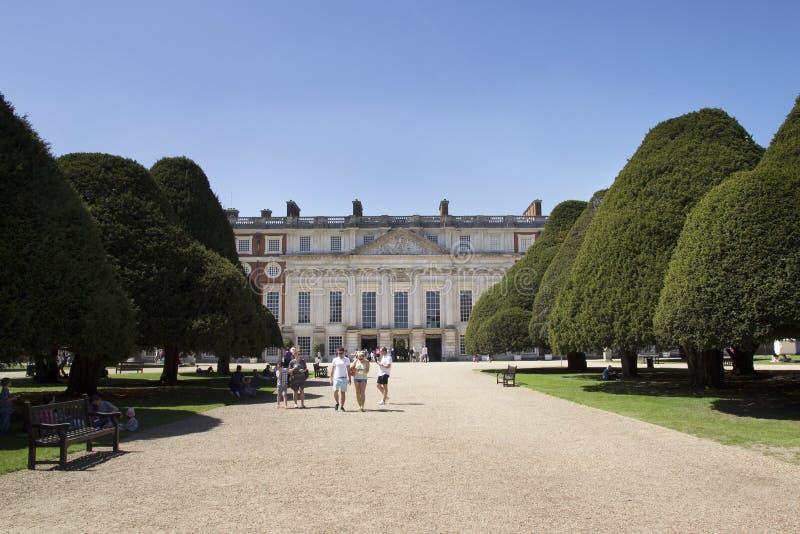 Gärten bei Hampton Court Palace, der ursprünglich für hauptsächlichen Thomas Wolsey 1515 errichtet wurde, später lizenzfreies stockbild