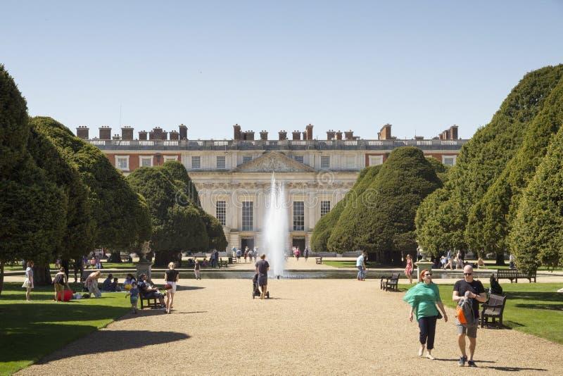 Gärten bei Hampton Court Palace, der ursprünglich für hauptsächlichen Thomas Wolsey 1515 errichtet wurde, später lizenzfreie stockfotos