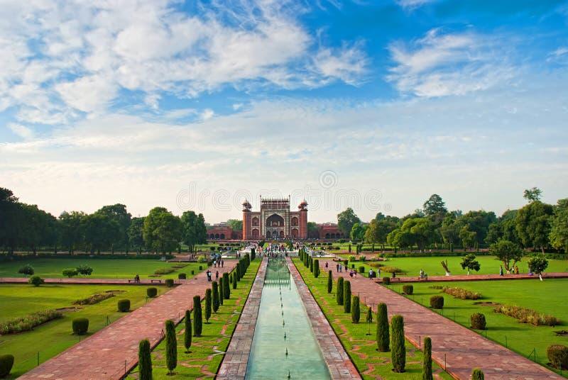 Gärten und das große Tor von Taj Mahal, Agra, Indien stockfotografie