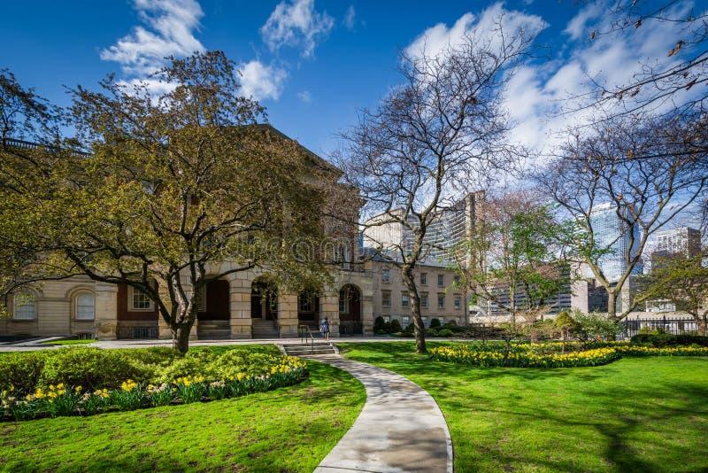 Gärten und Osgoode Hall in im Stadtzentrum gelegenem Toronto, Ontario stockbild