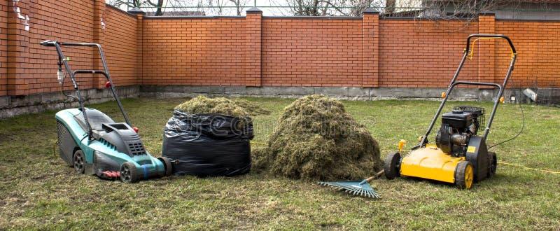 Gärtner-Operating Soil Aerations-Maschine auf Gras-Rasen stockfotos