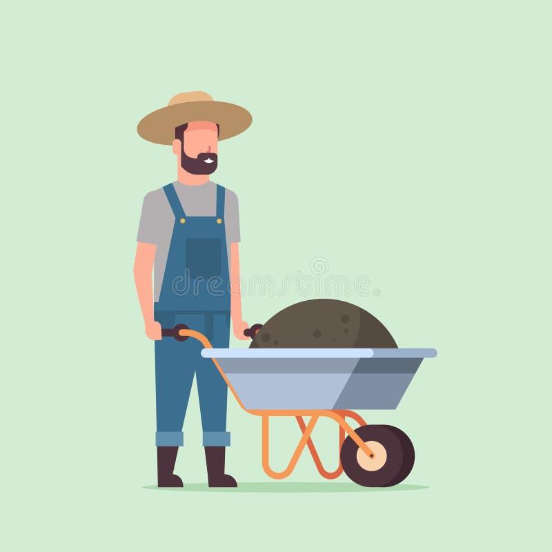 Gärtnermann, der voll Schubkarre des männlichen Landwirts des Erdkomposts arbeitet in tragendem Gartenarbeitkonzept des Overall stock abbildung
