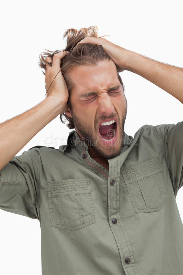Gäspa och körande fingrar för trött man till och med hår arkivfoton