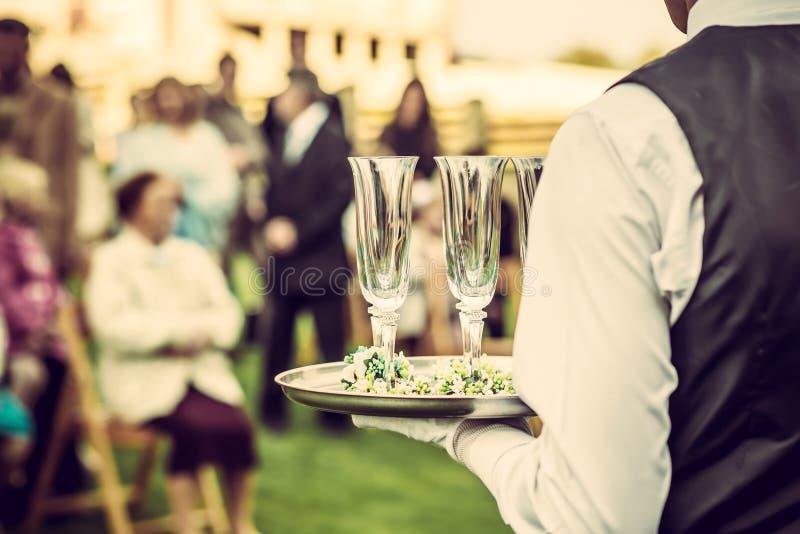 Gästdrinkchampagne på bröllopceremonin royaltyfri fotografi