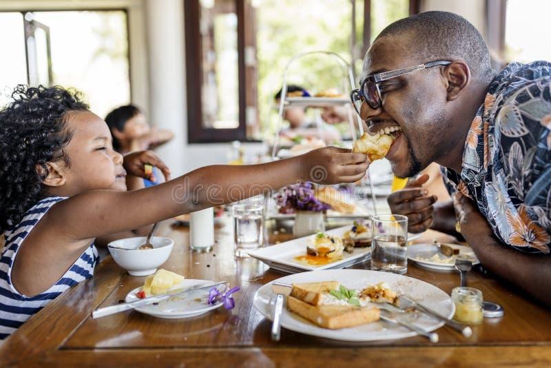 Gäste, die am Hotelrestaurant frühstücken lizenzfreie stockbilder