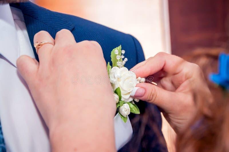 Gäste, die Konfettis über Braut und Bräutigam At Wedding werfen stockbild