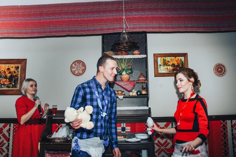 Gäste nehmen an den Spielen teil, die während des Hochzeit Banketts organisiert werden lizenzfreies stockfoto