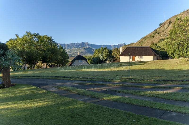 Gästehaus bei königlicher Natal Park in die Drachenberge-Berg stockfotos