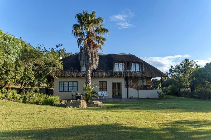 Gästehaus bei königlicher Natal Park in die Drachenberge-Berg stockfotografie