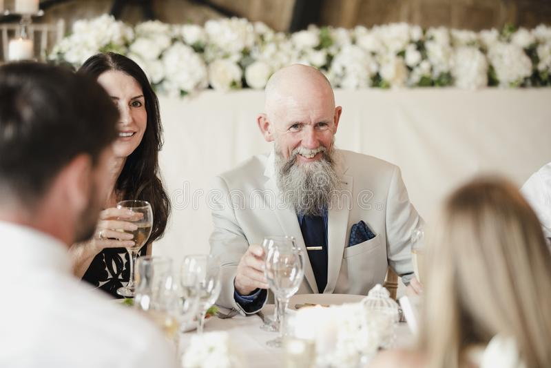 Gäster som umgås på bröllop royaltyfria foton