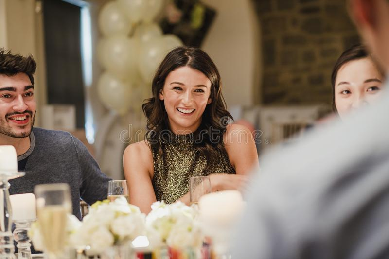 Gäster som umgås på bröllopmatställen royaltyfri fotografi