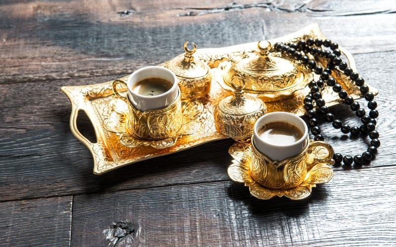 Gästfrihet för österlänning för radband för garneringar för kaffekoppar guld- royaltyfria bilder