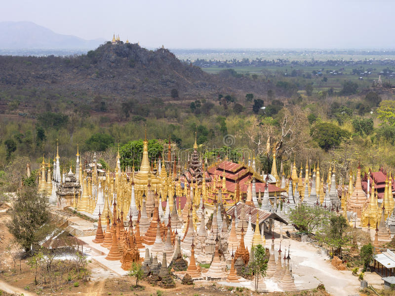 GästgivargårdThein pagod på den Indein byn, Inle sjö, Myanmar royaltyfri foto