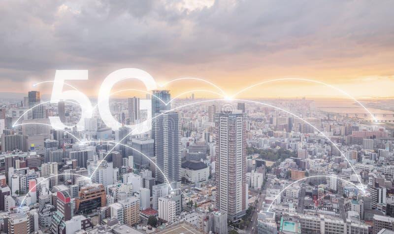 5G在城市日出的互联网网络,都市风景和连接连接 库存照片