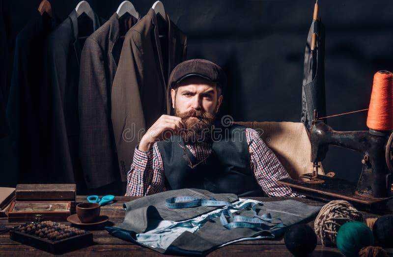 Gå över detaljer Hans design är perfekt dräktlager och modevisningslokal sy mekanisering Affärsklänningkod royaltyfria bilder