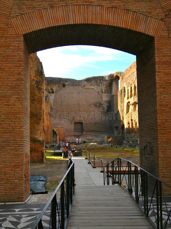 Gå över forntida arkitektur på termen di caracalla i Rome royaltyfri foto