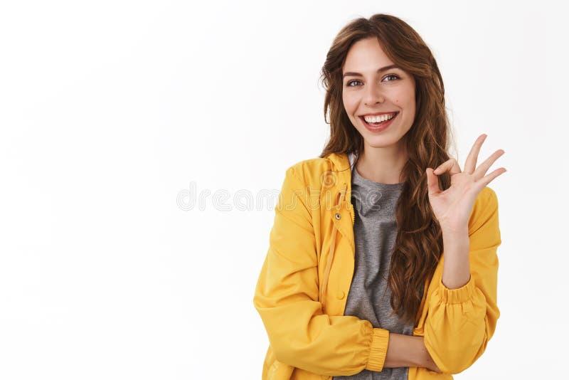 Gå att vara ok Försäkrat kopplat av bekymmerslöst unbothered den unga gladlynta flickan som den ok showen instämmer gesten som le royaltyfri fotografi