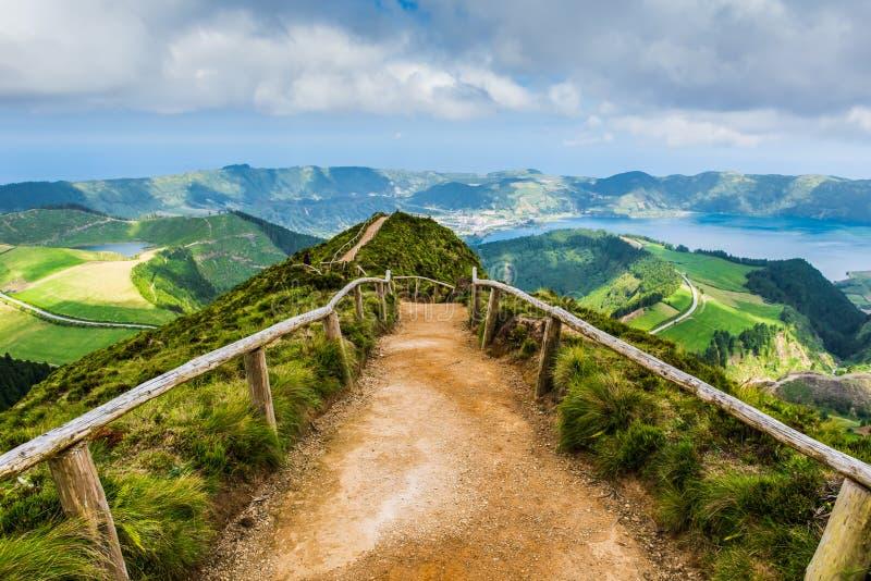 Gå banan som leder till en sikt på sjöarna av Sete Cidades, Azores arkivfoto