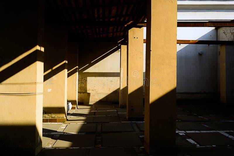 Gå bland kolonnerna på den forntida staden Svartvit abstrakt arkitektur för ljus och för skugga royaltyfri bild