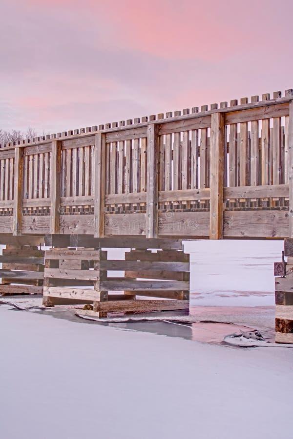 Gå bron över en djupfryst kanadensisk sjö arkivbilder