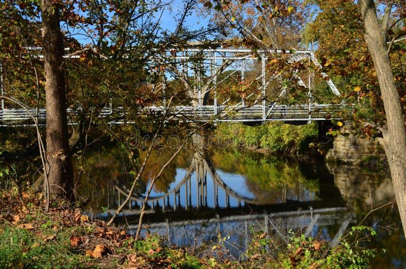 Gå bron över floden arkivfoton