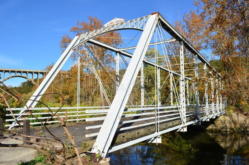 Gå bron över floden i höst royaltyfri bild