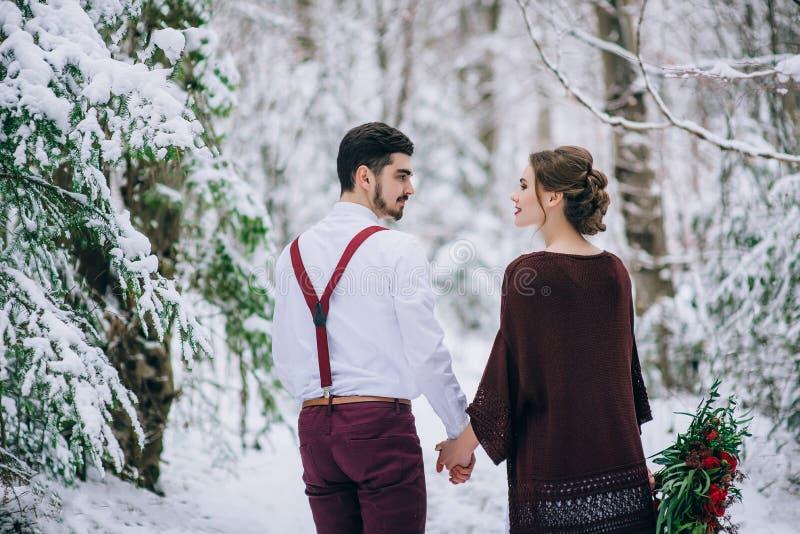 Gå brudgummen och bruden i de Carpathian bergen royaltyfri bild