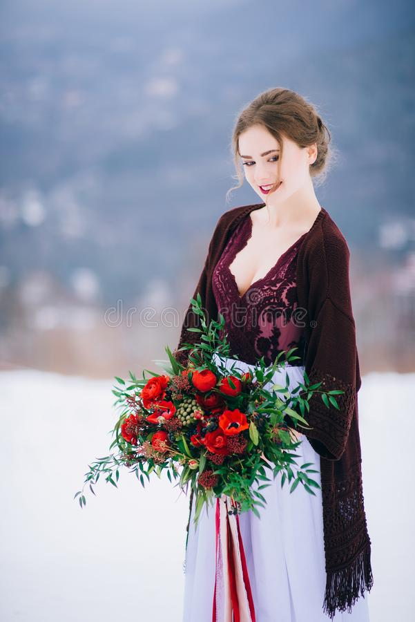 Gå brudgummen och bruden i de Carpathian bergen arkivfoto