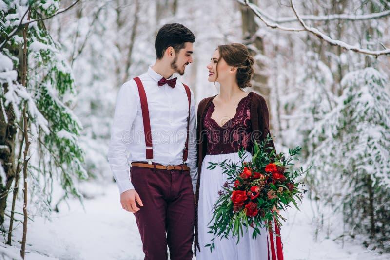 Gå brudgummen och bruden i de Carpathian bergen arkivfoton