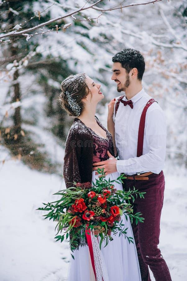 Gå brudgummen och bruden i de Carpathian bergen royaltyfri foto