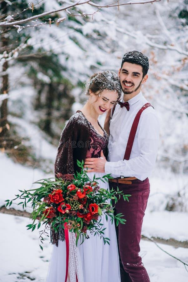 Gå brudgummen och bruden i de Carpathian bergen fotografering för bildbyråer