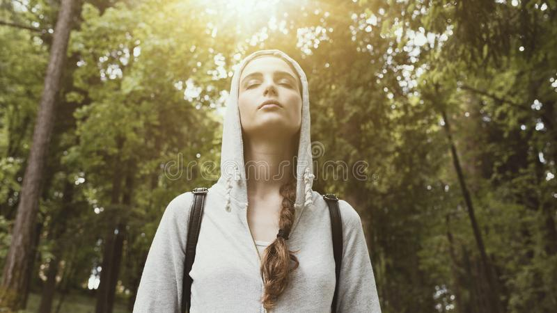 Gå det fria och mindfulness arkivfoto