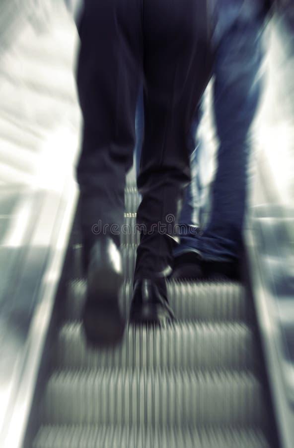 gå för affärsmanrulltrappa royaltyfria foton