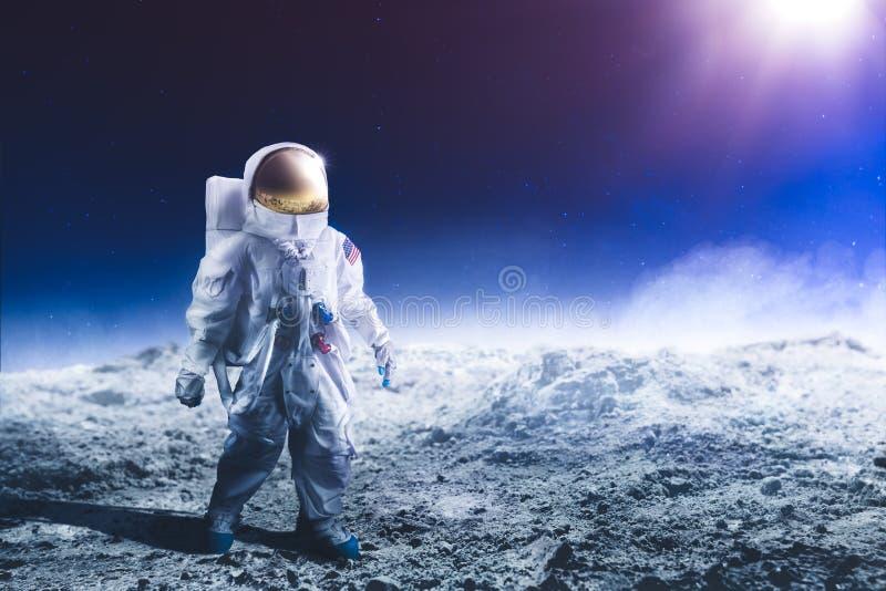gå för astronautmoon royaltyfria bilder