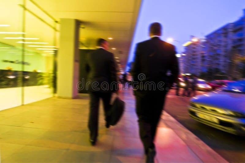 gå för businesspeople royaltyfria bilder